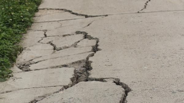 """Hưng Yên: Đường ĐH 18 bị """"cày nát"""", cảnh sát chưa phát hiện xe quá tải nào"""