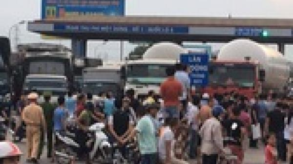 Ngày thứ 2 liên tiếp, tài xế dùng tiền lẻ qua Trạm BOT quốc lộ 5 ở Hưng Yên