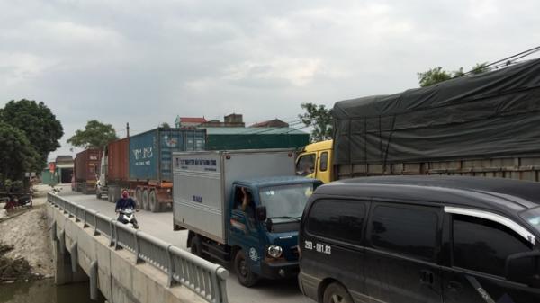 Xe ô-tô tải trọng lớn né trạm thu phí, phá nát đường 380 đi qua Hưng Yên