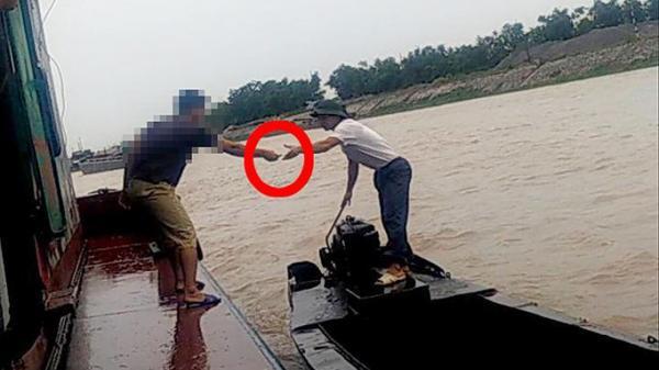 CSGT Hưng Yên trả lời vụ mãi lộ trên sông: 'Đấy không phải là người của chúng tôi'