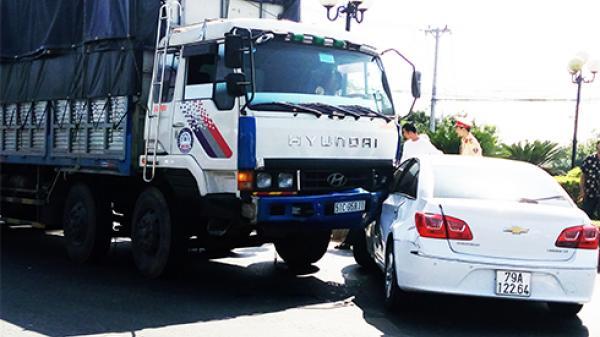 TP. Cam Ranh: Va chạm giao thông, 2 xe dính đầu nhau