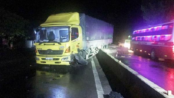 Xe tải mất lái tông dải phân cách