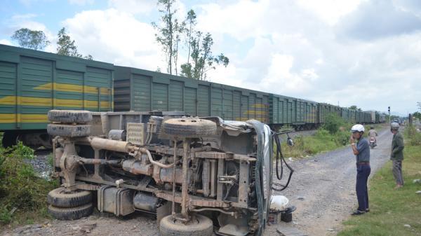 Diên Khánh: Tàu hỏa va chạm ô tô, một người bị thương