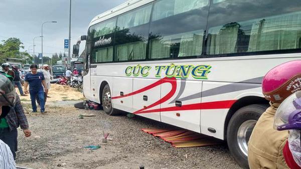 Khánh Hòa: Xe giường nằm sang đường tông chết 2 người đi xe máy