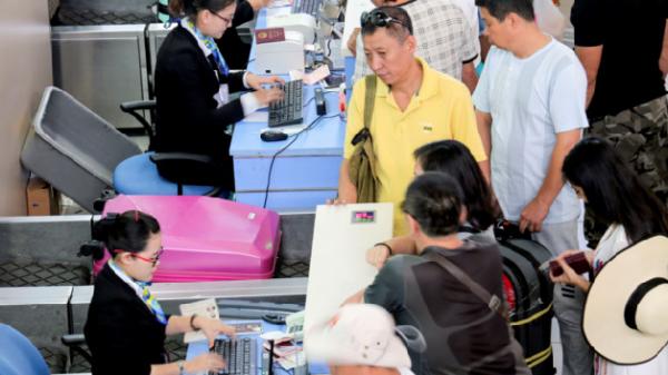 Du khách Trung Quốc 'ăn vạ' ở sân bay, không chịu xuất cảnh về nước
