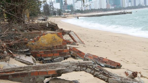 Sóng lớn đánh sập kè công viên, nhà ở ven biển Nha Trang
