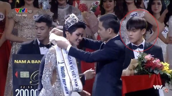 """Làm lễ tân trong đêm chung kết Hoa hậu Hoàn vũ, hot boy Nha Trang được dân mạng truy lùng vì """"đẹp không góc chết"""""""