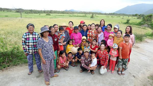 Việt Hương đi từ thiện cùng chồng và con gái ở Vạn Ninh