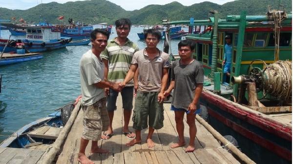 Cứu ba ngư dân trên tàu cá Khánh Hòa gặp nạn