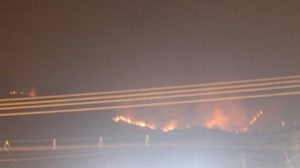 Clip: Cháy lớn kinh hoàng lan rộng trên ngọn núi ở Khánh Hòa