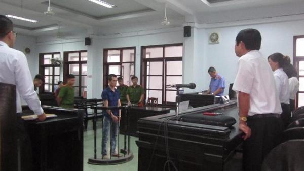 Khánh Hòa: Gọi cửa không ai trả lời, cầm chai thủy tinh truy sát chủ nhà