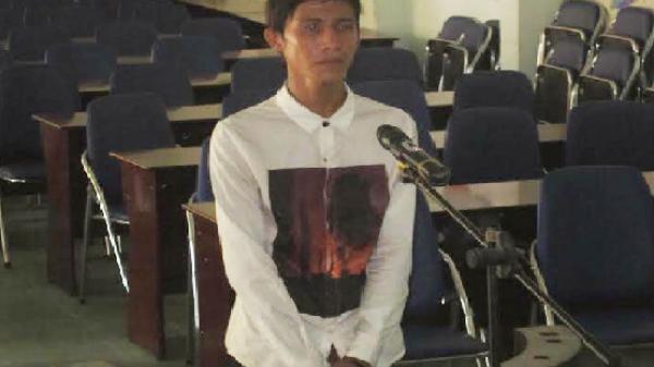 Bi hài bị cáo thong thả dạo chơi, tòa đổ xô đi tìm về xét xử