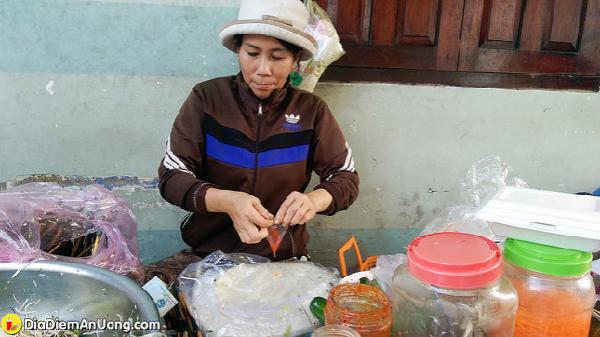 Truy tìm món mì trộn thập cẩm ngon và rẻ nhất Nha Trang