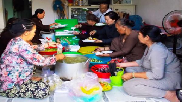 Ấm lòng chia bát cơm chay… ở Tp Nha Trang