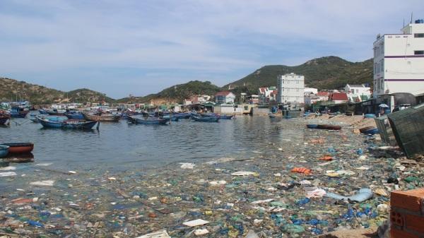 """Đảo Bình Ba bị """"ngộ độc"""" nặng bởi rác thải"""