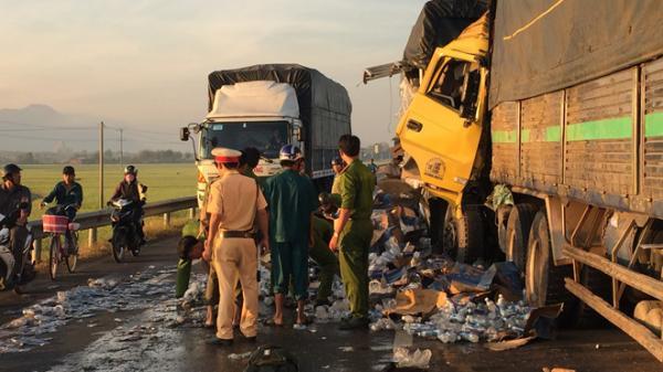Tài xế 26 tuổi ở Khánh Hòa tử vong khi đâm vào đuôi xe tải nổ lốp giữa đường
