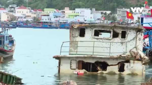 Sà lan chìm gây mất an toàn tại cảng cá Hòn Rớ, Nha Trang
