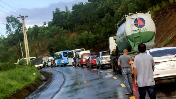 Hàng trăm phương tiện đồn ứ trên đèo nối Nha Trang - Đà Lạt