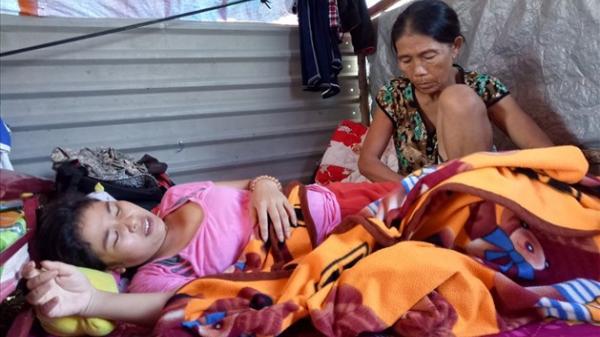 Xót xa mẹ ung thư cùng 2 con chờ chết trong túp lều tạm cạnh đình làng ở Khánh Hòa