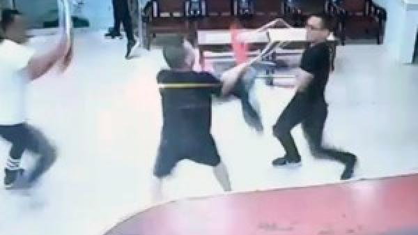 CLIP: Tranh chấp làm ăn, người nước ngoài bị đánh ngất xỉu ở bưu điện Khánh Hòa