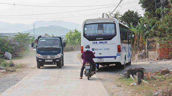 Nha Trang: Xe khách tour chạy hư đường liên xã