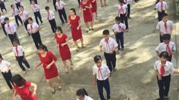 Khánh Hòa: Cô giáo diện váy đỏ làm nóng sân trường bằng điệu nhảy cùng học sinh