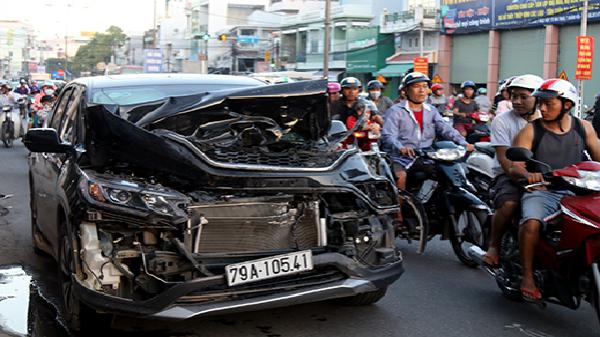 Ôtô nát đầu sau cú húc đuôi xe tải ở Nha Trang