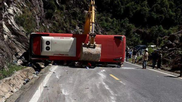 [NÓNG]: Xe  chở 31 cán bộ hưu trí  đi trên đèo Khánh Lê thì lao vào vách núi làm 2 người c.h.ế.t, hàng chục người bị thương