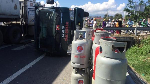 Vạn Ninh: Xe chở bình gas lật nhào trên quốc lộ