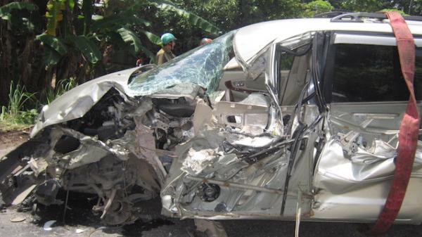 Tai nạn liên hoàn, ôtô 7 chỗ biển số Khánh Hòa bị xe tải tông bẹp dúm