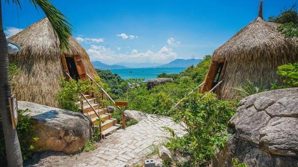 Khánh Hòa:Lều tổ chim và nhà hang đá bên bờ vịnh Cam Ranh