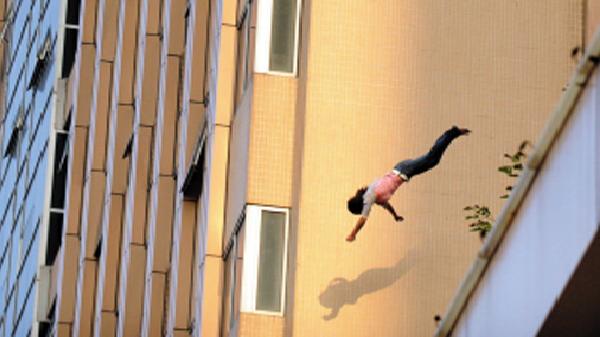 Nữ du khách nhảy từ tầng 7 khách sạn xuống đường