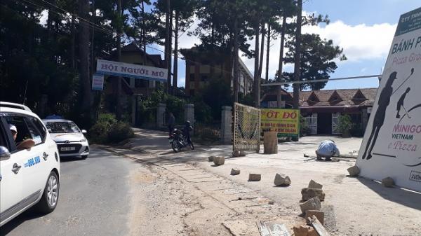"""Hội Người mù Lâm Đồng tố bị đặt """"bẫy đá"""" trước cổng trụ sở"""