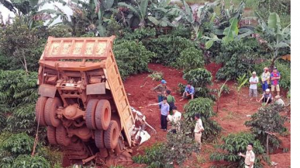 Tây Nguyên: Xe ben lao xuống vực sâu 6m, tài xế tử vong ngay trong cabin