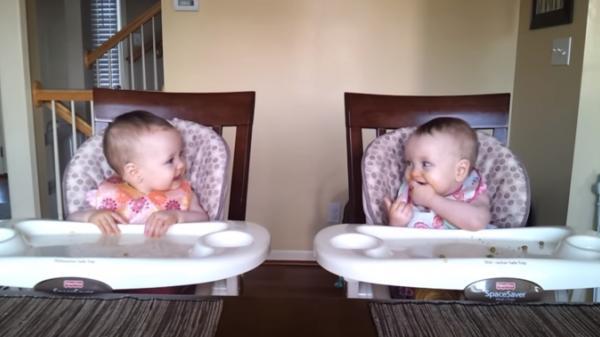 Phản ứng của cặp song sinh 11 tháng tuổi khi nghe bố đánh guitar 'đốn tim' cộng đồng mạng