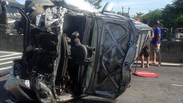 Phá cửa ôtô, cứu 3 người mắc kẹt trong xe bị lật