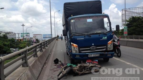 Xe tải lôi xe máy biển số xe Lâm Đồng trên cầu vượt, một phụ nữ tử vong