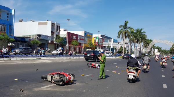Xe máy đâm nhau trượt dài 10 mét, nam thanh niên nằm bất động