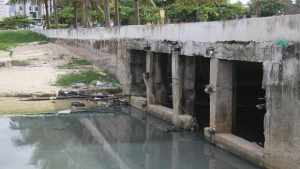 Nước thải bốc mùi hôi thối ồ ạt chảy ra biển Đà Nẵng khiến người dân lo lắng