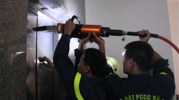 Đà Nẵng: Cứu cô gái hoảng loạn vì bị mắc kẹt trong máy giữa tầng 5