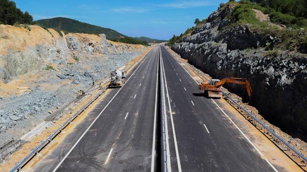 Bò 'tung tăng' trên cao tốc được xây dựng với tốc độ rùa tại Đà Nẵng