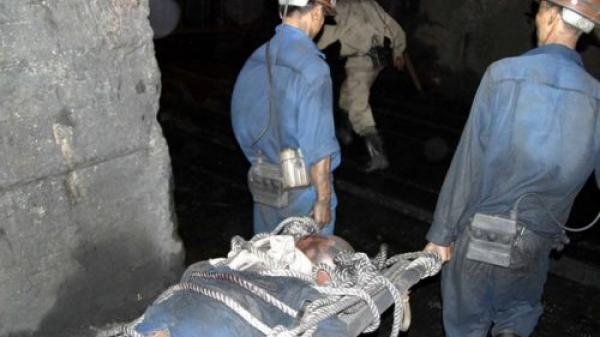 ÁM ẢNH: 2 công nhân thương vong vì sập hầm khai thác than