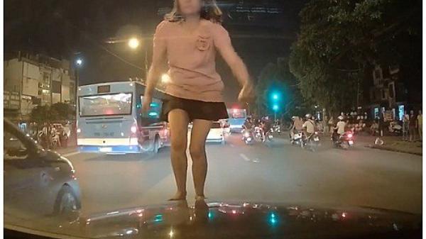 """Lộ nguyên nhân cô gái mặc váy ngắn """"quẩy"""" tưng bừng trên nóc xe container"""
