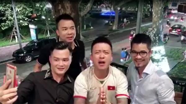"""Phục sát đất HLV Park, ca sĩ Tuấn Hưng bất ngờ vái lạy """"thầy phù thủy"""" cực kỳ hài hước"""