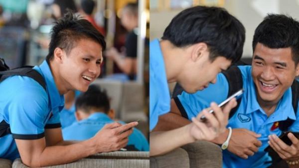 Trước trận bán kết lịch sử, Hà Đức Chinh quay phim và phỏng vấn Công Phượng cực lầy