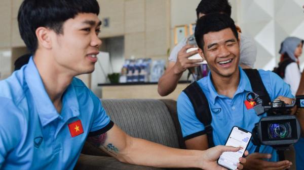 Trước trận bán kết lịch sử, Hà Đức Chinh quay phim và phỏng vấn Công Phượng cực lầy và hài hước