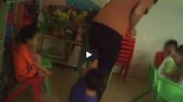 PHẪN NỘ: Clip cô giáo mầm non cho cả chục bé lao vào đánh bạn học