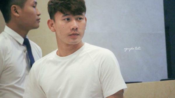 Hé lộ bạn gái sống ở Mỹ xinh đẹp của cầu thủ Minh Vương