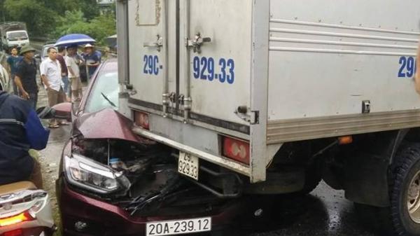 Xe con BKS Thái Nguyên mắc kẹt dưới gầm xe tải, QL3 ùn tắc kéo dài