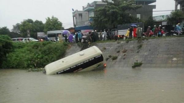 Xe khách mất lái tông nhiều người bị thương rồi lao xuống sông